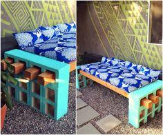 Sofá feito com concreto pintado com tinta tiffany e ripas de madeira, colchonete e almofadas com o mesmo tecido