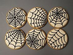 Spider Web cookies for Halloween. Visit for cookie decorating tutorials! Halloween Desserts, Postres Halloween, Halloween Cookies Decorated, Halloween Sugar Cookies, Theme Halloween, Halloween Party Snacks, Halloween Goodies, Decorated Cookies, Halloween Cupcakes Decoration