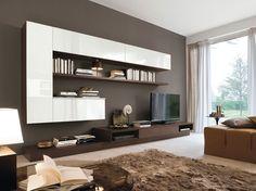 Este mueble blanco y marrón está en el salón en frente del sofá. Una elección excéntrica y moderna. Adecuado para poner la televisión, los libros y otros artículos de mobiliario.