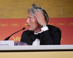 同時通訳のヘッドセットを逆につけ、耳みたいにしていたマッツ・ミケルセン写真ギャラリー