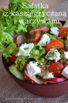 Sałatka z kaszą gryczaną i warzywami Caprese Salad, Cobb Salad, Feta, Catering, Bento Box Lunch, Lunch Boxes, Tasty Dishes, Dinner Recipes, Food And Drink
