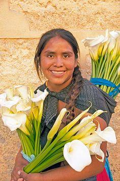 mujer mexicana con alcatraces o calas en España. Bellisima estampa. A mi me encanta este pais, sus gentes y estas flores. mcga.-