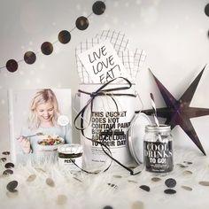 """Samen met de getalenteerde Pauline @uitpaulineskeuken hebben we een superleuk kerstpakket voor jullie samengesteld.  Met daarin te gekke culi cadeautjes van Sterrenhoudt en een gesigneerd exemplaar van Pauline's nieuwste boek """"Feel Good Food"""" (boordevol lekkere makkelijke en lichte recepten waar je blij van wordt!). Bestellen kan in onze webshop en in de webshop van Uit Paulines Keuken.  Tag je bestie vriend vriendin vader of moeder als je dit graag terug wilt zien onder de kerstboom."""