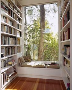 coin bibliothèque avec banquette de lecture