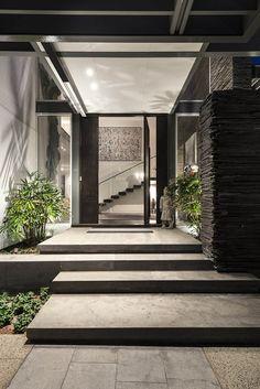 Maison design avec des couleurs chaudes | Entrée maison, Maisons ...