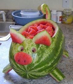 This watermelon pig is so cute and easy to make .- Dieses Wassermelonenschwein ist so süß und einfach zu machen! Wegbeschreibung HIER This watermelon pig is so cute and easy to make! Directions HERE – - Watermelon Pig, Watermelon Hacks, Watermelon Animals, Watermelon Carving Easy, Carved Watermelon, Watermelon Cutting, Watermelon Basket, Fruit Animals, Watermelon Designs