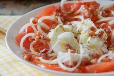 Tomaten-Mozzarella Salat mit Speckwürfeln und Zwiebeln 1