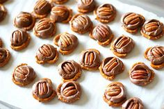 Sweet Treats Pretzels + Rolos + Pecans place role on top of pretzel. 300 for 2 minutes. Place pecan on top. No Bake Treats, Yummy Treats, Delicious Desserts, Sweet Treats, Dessert Recipes, Yummy Food, Tasty, Yummy Snacks, Holiday Treats