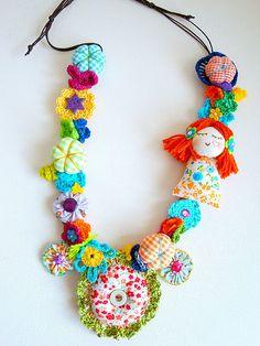 A Menina Primavera Fiber Art Jewelry, Textile Jewelry, Fabric Jewelry, Beaded Jewelry, Fabric Necklace, Diy Necklace, Crochet Necklace, Handmade Beads, Cute Crafts