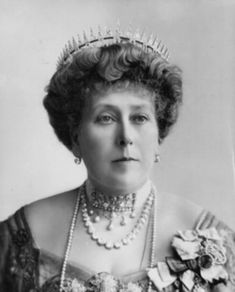 Greek-Key Tiara Princess Beatrice is pictured at the Coronation of King George V, with her Greek key pattern tiara, surmounted by the Sunray Diadem Queen Victoria Children, Queen Victoria Family, Queen Victoria Prince Albert, Victoria And Albert, Princess Victoria, Royal Tiaras, Royal Jewels, Royal Crowns, Crown Jewels