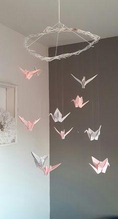 Mobile en origami avec 11 oiseaux de 2 couleurs et 3 tailles différentes.  Le tout est suspendu à partir de branche de bois flotté.  Attention, le mobile n'est pas adapté p - 19590214