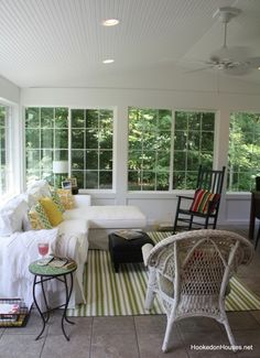 50 Most Popular Affordable Sunroom Design Ideas on a Budget 54 - Gongetech Small Sunroom, Small Porches, Screened Porches, Sunroom Decorating, Interior Decorating, Sunroom Ideas, Porch Ideas, Decorating Tips, Sunroom Furniture