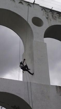 Alpinista industrial na pintura dos Arcos da Lapa - Rio de Janeiro, Brasil