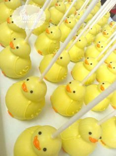 Ducky Duck Cake Pops - So cute! Perfect for Duck Baby Shower Theme Rubber Ducky Baby Shower, Baby Shower Duck, Baby Shower Cakes, Ducky Baby Showers, Cake Pops Ostern, Cakepops, Rubber Duck Cake, Paletas Chocolate, Chocolate Cake