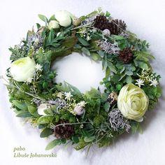 """Věnec """"Zákoutí v parku"""" (232) Trvanlivá dekorace z přírodních materiálů a látkových květin a listů. Vhodné i do venkovních prostor. Použitý materiál: textilní květy a listy, přírodní ulity, lišejník, šišky a skořápky křepelčích vajíček. Průměr věnce: 33 cm. Floral Wreath, Wreaths, Home Decor, Homemade Home Decor, Door Wreaths, Deco Mesh Wreaths, Garlands, Floral Arrangements, Decoration Home"""
