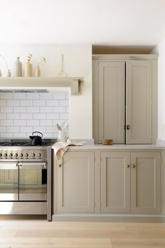 Our beautiful Shaker cabinets painted in 'Mushroom' look so lovely with this Smeg 'Opera' range cooker and white metro tiled splashback