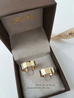 Alianças Tradicionais Quadradas Sergipe ♥ Casamento e Noivado em Ouro 18K - Reisman Wedding Rings Simple, Gold Wedding Rings, Gold Engagement Rings, Engagement Couple, Unique Rings, Gold Rings, Ring Pillow Wedding, Wedding Ring Box, Wedding Glasses