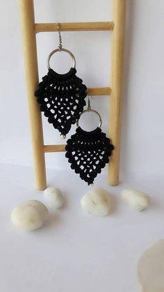 Pendientes de ganchillo crochet joyería joyería hecha a Black Earrings, Drop Earrings, Pineapple Earrings, Crochet Earrings, Handmade Jewelry, Bangle Bracelets, Hand Made, Tejidos, Black Stud Earrings