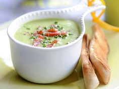 Cream of pea soup with bacon, cream soup, vegetable, legume. Bacon Recipes, Soup Recipes, Belgium Food, Good Food, Yummy Food, Tasty, Healthy Sandwiches, Dutch Recipes, Party Finger Foods
