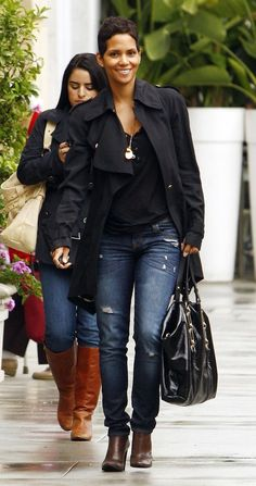 Halle berry has great style Estilo Halle Berry, Halle Berry Style, Halle Berry Pixie, Black Women Fashion, Look Fashion, Hally Berry, Cleveland, Beautiful Black Women, Short Hair Styles