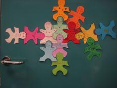 Iedere leerling mag zijn eigen poppetje versieren en daarna ophangen zodat duidelijk wordt dat we met elkaar één groep vormen....