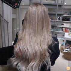 Ice Blonde Hair, Blond Ombre, Blonde Hair Looks, Brown Blonde Hair, Blonde Hair Outfits, Champagne Blonde Hair, Pearl Blonde, Hair Color Balayage, Blonde Balayage