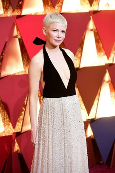 Michelle Williams in Louis Vuitton at 2017 Academy Awards in Hollywood Pixie Cut Styles, Short Hair Styles, Pixie Cuts, Michelle Williams Oscar, Cut And Style, Her Style, Oscars 2017 Red Carpet, Pixie Hairstyles, Pixie Haircuts