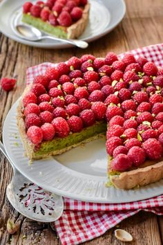 This Raspberry Pistachio Frangipane Tart has a buttery Pâte sablée (shortcrust) with a creamy pistachio frangipane filling topped with fresh raspberries. Pistachio Tart Recipe, Pistachio Recipes, Tart Recipes, Sweet Recipes, Baking Recipes, Raspberry Tarts, Raspberry Recipes, Raspberry Cake, Fruit Tarts