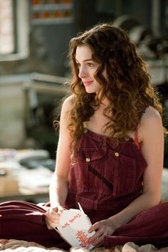Anne Hathaway in Love and Other Drugs. Wow this was a while ago! I love her hair in this :)