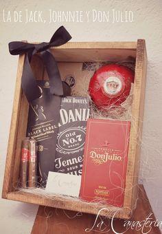 La de Jack, Johnnie y Don Julio es una elegante caja de regalo rústica con tres de los nombres mas conocidos en el mundo. Incluye Botella de Johnnie Walker, Jack Daniel's y  Don Julio. Como complemento perfecto a este lujo incluimos un sobre de Jamón de Jabugo Cinco Jotas y dos puros de Santa Helena.  $3,370 Pesos (Precio incluye IVA)