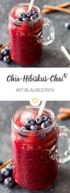 Eiskalte Verschmelzung von Chia und Chai: Hibiskustee und Blaubeerpürree werden mit etwas Zimt, Vanille und Chiasamen zum fruchtigen Erfischungsgetränk.