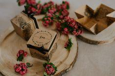 Szatén szalagos masnival díszített, virág mintás, dobozos esküvői meghívó. A tetőt levéve szétnyílik a dobozka és belül olvasható a meghívó szövege. #dobozosmeghívó #esküvőimeghívó #meghívó #kreatívcsiga #weddinginvitation #wedding #invitation #rusticwedding #boxinvitation #újrahasznosítottpapír #craft #rusztikusesküvő Gift Wrapping, Pink, Gifts, Gift Wrapping Paper, Presents, Wrapping Gifts, Favors, Pink Hair, Gift Packaging