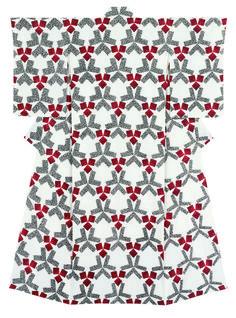 訪問着「白地位相割付文 実り」 森口邦彦 三越伊勢丹ホールディングス蔵 平成25 年(2013) 素材の白を生かした地に、蒔糊の技法を用い、3 つの正方形との組み合わせで六角形が位相に展開する。突き詰めると、実はデザインしているのはモチーフではなく余白部分であるという。余白が造形物。それは光琳の屏風絵、例えば文様とも見える花叢が繰り返される燕子花図屏風における金地の存在のようである。「実り」の名は父・華弘の同名作品へのオマージュでもある。抽象表現に、たわわに実ったリンゴ(華弘は具象のザクロだった)のイメージを重ねる。