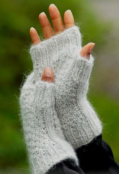 Cream Cookies Fingerless Gloves - Knitted DROPS wrist warmers with double moss st and rib Alpaca and Kid-Silk. Size S - L Free pattern by DROPS Design. Design alpaca Cream Cookies / DROPS - Free knitting patterns by DROPS Design Knitting Designs, Knitting Patterns Free, Free Knitting, Baby Knitting, Crochet Patterns, Free Pattern, Knitting Needles, Stitch Patterns, Fingerless Gloves Knitted