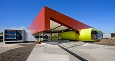 Essa escola técnica australiana foi toda projetada para aguentar as altas temperaturas através de um sistema de ventilação natural.