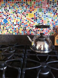 Here's a variety of beautiful DIY backsplash ideas for redesigning your kitchen wall. Diy Kitchen backsplash pictures for your inspiration: Mexican diy tile backsplash Bottle caps diy backsplash … Backsplash Herringbone, Diy Tile Backsplash, Black Backsplash, Travertine Backsplash, Kitchen Mosaic, Mosaic Tiles, Kitchen Hob, Kitchen Stuff, Fiesta Kitchen