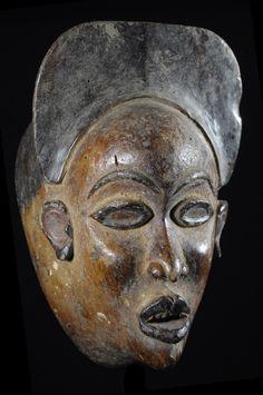 Le terme Mayombe désigne une grande région boisée située en majeure partie au Zaire mais aussi en grande partie au Cabinda, Congo et Gabon. Les masques Yombe ont pour constante d'être réalisés en bois léger et couverts d'une teinture à base d'ingrédients locaux, il en va ainsi pour les dernières générations de masques. Les masques plus anciens étaient réalisés en bois dur.