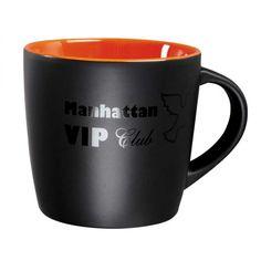 Taza negra con interior de color, perosonalizable con la imagen de la empresa.