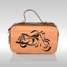 Mini Bag Moto Natural by Francesca Torsi  Minibag in legno naturale e pelle marrone con manico e tracolla.Traforo in legno naturale che rappresenta un'aquila stilizzata. Dotata di portacellulare e gancio portachiavi interni.Doppio scomparto con chiusura a zip e dettagli in oro.Una borsa grintosa ideale per un outfit che fa tendenza.