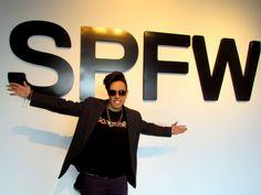 Bruno Saike - vocalista da Banda de pop brasileira HE SAIKE, diretamente de São Paulo, acompanhou o backstage da SPFW e revela-nos algumas das novidades do principal evento de moda no Brasil, em exclusivo para o Portal de Moda, na companhia de algumas personalidades da moda brasileira, como Constanza Pascolato e Lilian Pacce.