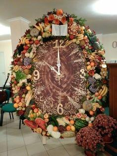 Часы,украшенные овощами и фруктами