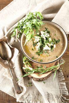 """Altijd goed, deze champignonsoep! Dit recept is van het heerlijke Vlaamse programma """"Dagelijkse Kost"""". Neem een ruime mengschaal, doe er het warm water in en week er de gedroogde paddenstoelen in. Het eekhoorntjesbrood zal z'n smaak afgeven en het water in een bouillon veranderen. Pel de uien en snijd ze in grove stukken. Verhit een […]"""