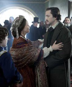 Mary Todd Lincoln (Sally Field) embraces her son Robert Todd Lincoln (Joseph Gordon Levitt) as he returns home.