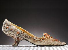 Livre 2, chapitre 16, page 223 : Genre de chaussure brodées pouvant ressembler à celles de Mary Pembroke