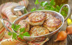 Taze yeşillik ve baharatlarla harmanlanan balık köftesi tarifi, aklına balık yemek gelmeyenler için biçilmiş kaftan. Hem limon sıkarak yemek de serbest.