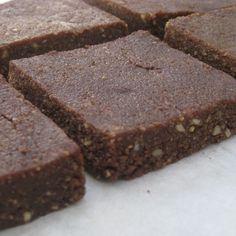 Ιδανική λύση για τσιμπολόγημα,... 80 γρ. καρύδα τριμμένη (Εάν δεν σας αρέσει η καρύδα μπορείτε να χρησιμοποιήσετε βρώμη) 120 γρ. αλατισμένα φυστίκια 80 γρ. καρύδια 80 γρ. φουντούκια 75 γρ. νερό 140 γρ. μέλι 35 γρ. κακάο 1 κ.γ εκχύλισμα βανίλιας 1 πρέζα αλάτι Easy Sweets, Sweets Recipes, Real Food Recipes, Breakfast Snacks, Breakfast Bars, Healthy Sweet Treats, Healthy Sweets, Sweet Corner, Chocolate Sweets