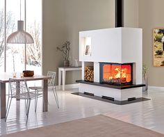Le foyer Atraflam 750, avec vitre latérale, s'équipe de l'habillage Leknes pour se fondre littéralement dans un angle. Ses lignes droites et sobres peuvent s'enrober de granit noir, marbre beige, pierre bleue. Sa finition brique flammée s'adapte à tout, pour un rendement de 79,7 % et une puissance de 13 kW. ©Atraflam http://www.domodeco.fr/habitat/la-cheminee-un-spectacle-flamboyant.html
