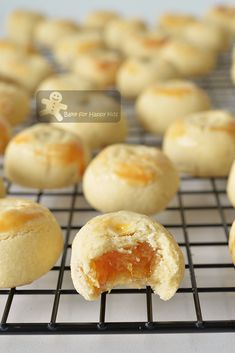 Bake for Kids - Melt in the mouth enclosed pineapple tarts Donut Recipes, Tart Recipes, Almond Recipes, Baking Recipes, Cookie Recipes, Taiwan Pineapple Cake, Pineapple Cookies, Pineapple Tart, Asian Desserts