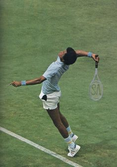 Arthur Ashe playing a losing quarterfinal match against John Newcombe at the 1974 US Open at Forest Hills.That looks like a Head Arthur Ashe Competition model racket. John Newcombe, Tennis Techniques, Tennis Rules, Billy Jean, Arthur Ashe, Tennis Legends, Vintage Tennis, Tennis Fashion, Tennis Players