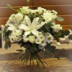 Ramo de flores variadas, con rosas blancas, lilium blancos, margaritas blancas, gerberas blancas, fresias, paniculata y verdes decorativos.